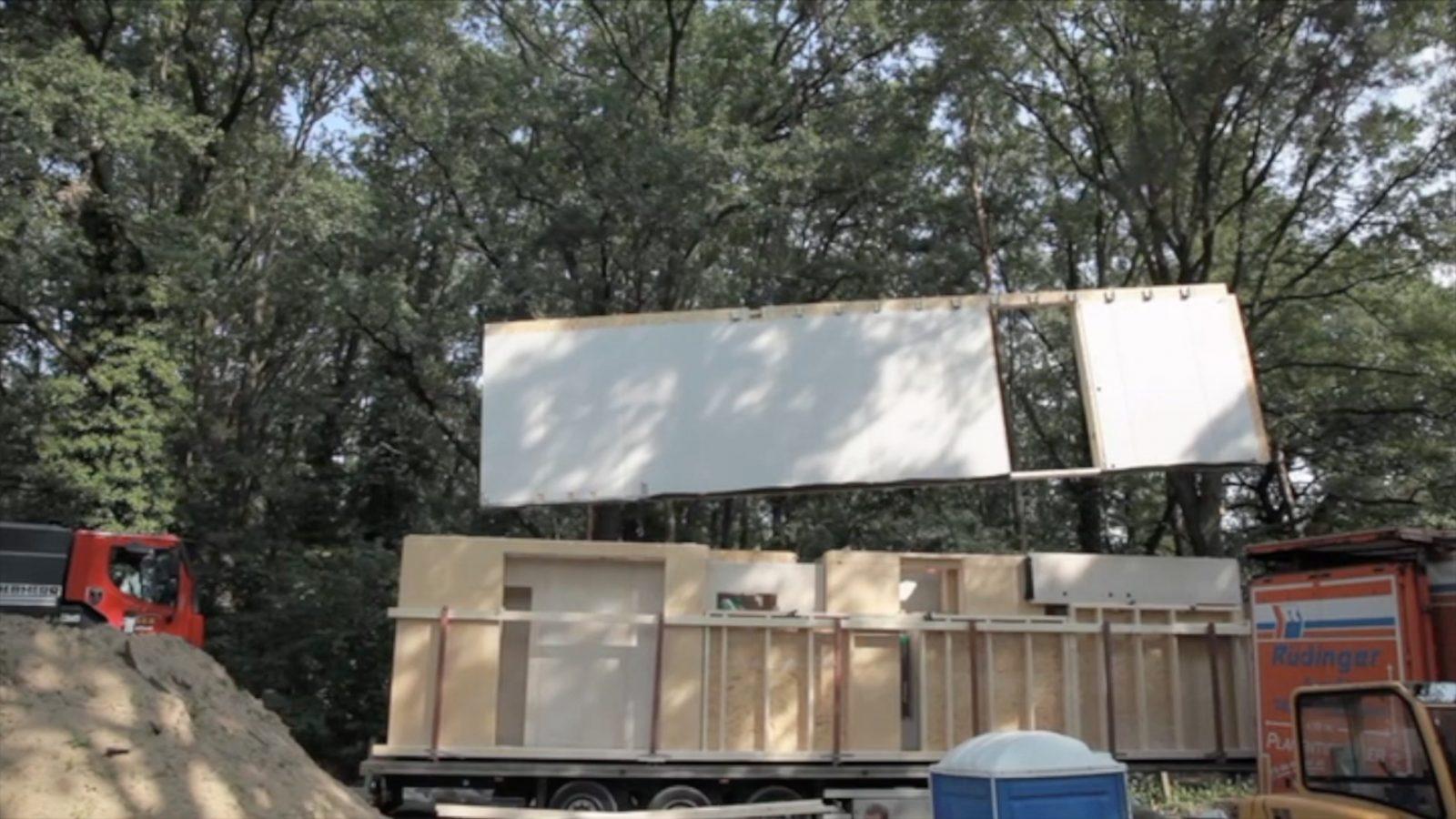 Aufbau eines Gebäudes in Holzmodulbauweise